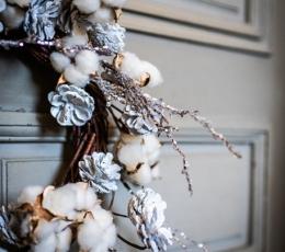 Jõulupärg männikäbide ja valgete marjadega (55 cm) 3