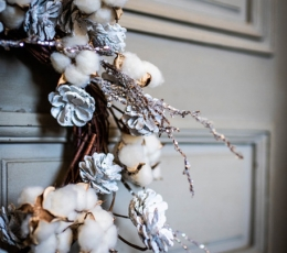Jõulupärg männikäbide ja valgete marjadega (55 cm) 2