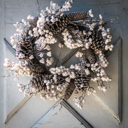 Jõulupärg männikäbide ja valgete marjadega (55 cm)