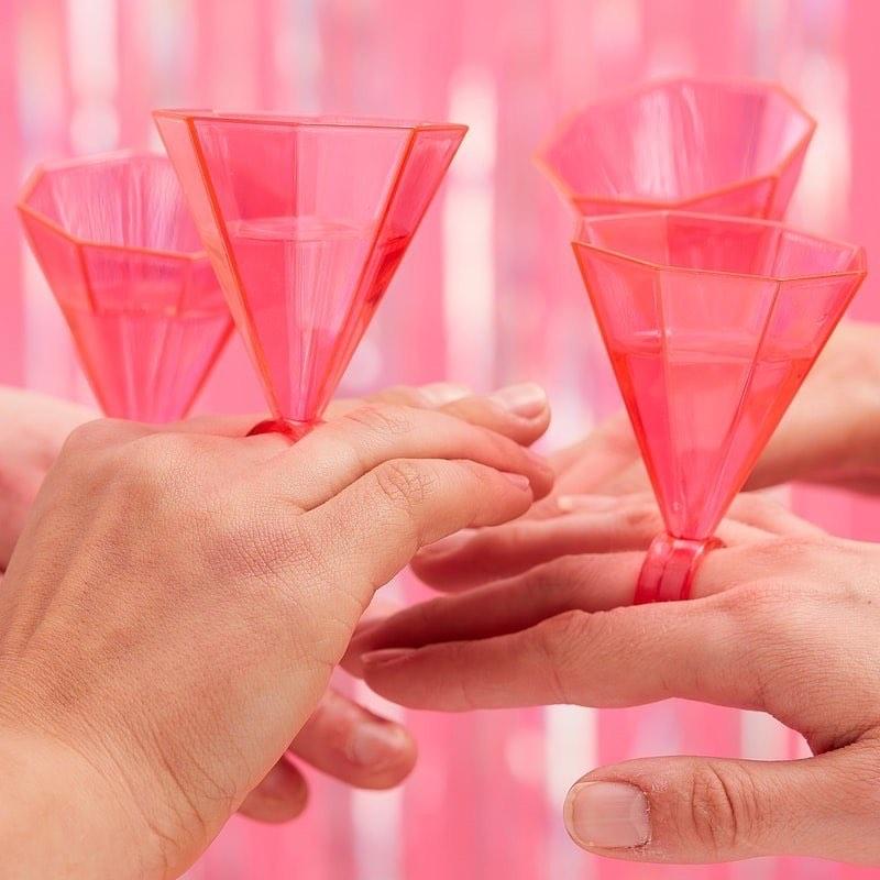 Tüdrukuteõhtu – üks hea põhjus kokku kutsuda lähedased sõbrannad ning veeta meeldivalt aega. Ning kes meist tüdrukutest, ei tahaks meeldivaks ajaviiteks neid eksklusiivseid sõrmuseid-pokaale.